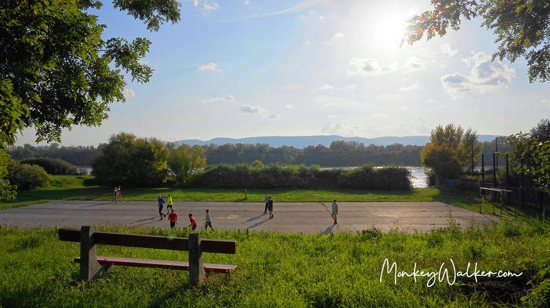 漫步瓦茨多瑙河畔,可愛的當地小孩踢足球。