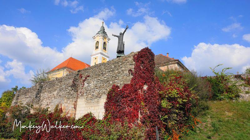 城堡牆-格薩國王一世雕像 Castle Wall Statue Of King Géza I,超有趣站在高崗上。