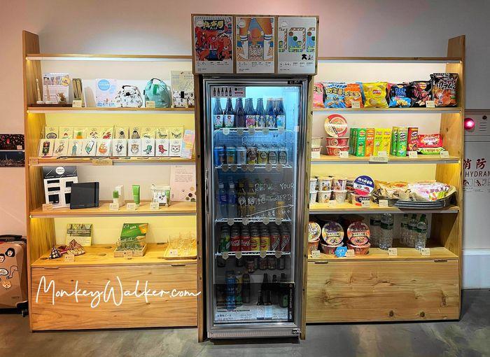 Star Hostel台北車站,現場販售零食、泡麵、啤酒。