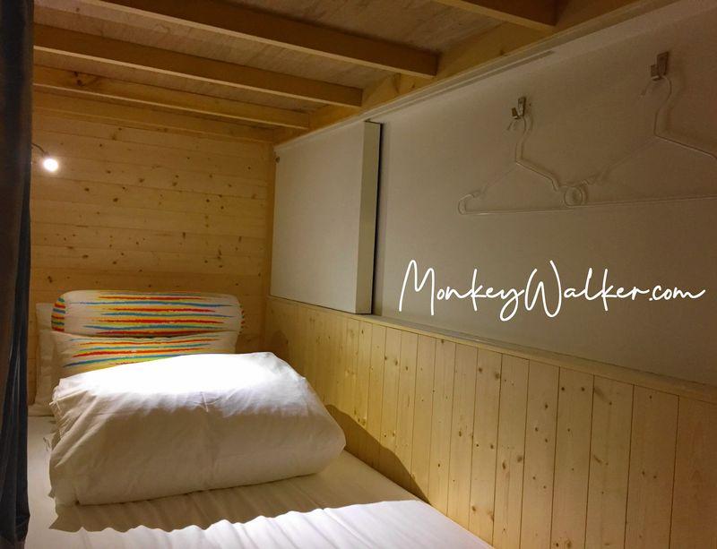 孔廟對面的阿信旅店,背包房有提供3顆枕頭、一個閱讀燈、還有床簾保有小空間。