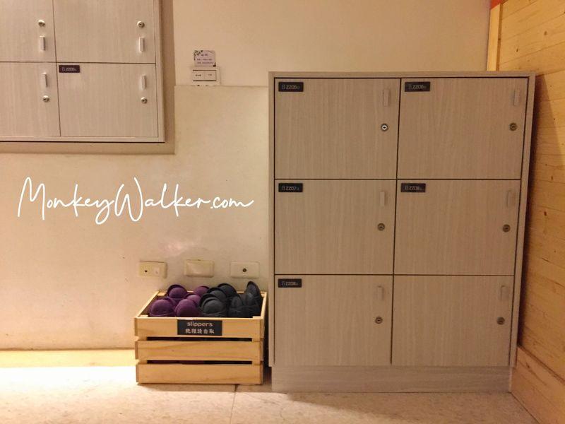 阿信旅店設計算新穎,置物櫃也是木頭材質。