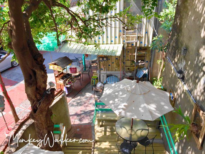 站在二樓陽台往下看阿信旅店的小庭園,旁邊是很有年代感的楊桃樹。