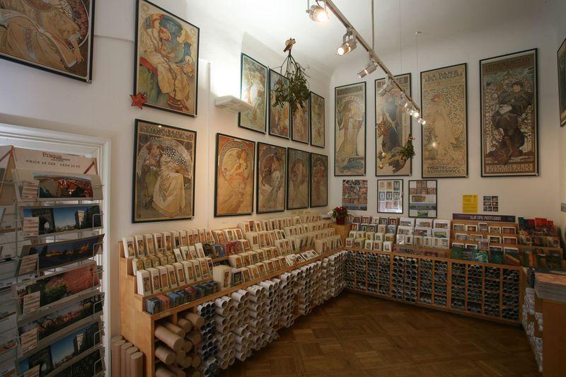 捷克布拉格的慕夏博物館(Mucha Museum),內部設有紀念品專區,一不小心會買太多。