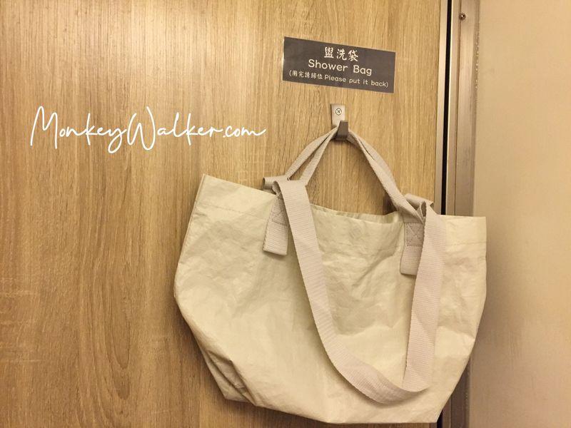 阿信旅店超貼心,提供防水袋防止換洗衣物被濺濕。