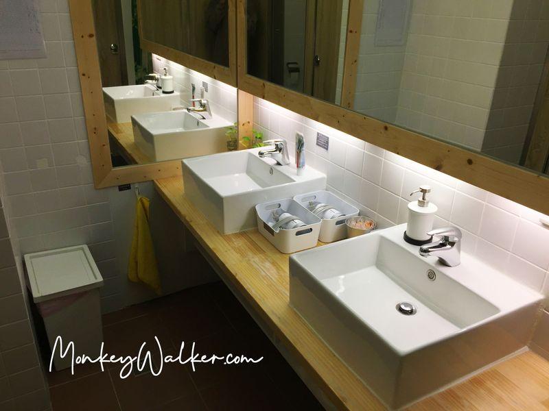 阿信輕旅台南店的廁所。