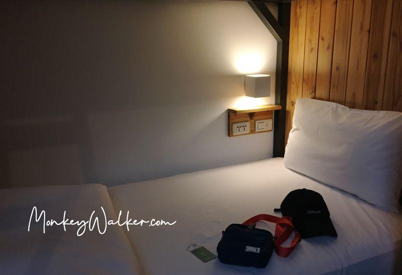 Star Hostel信星旅店台北車站的上下舖背包6人房,床位算寬,床墊不過軟,還有3個插座、小夜燈,睡起來蠻舒服。