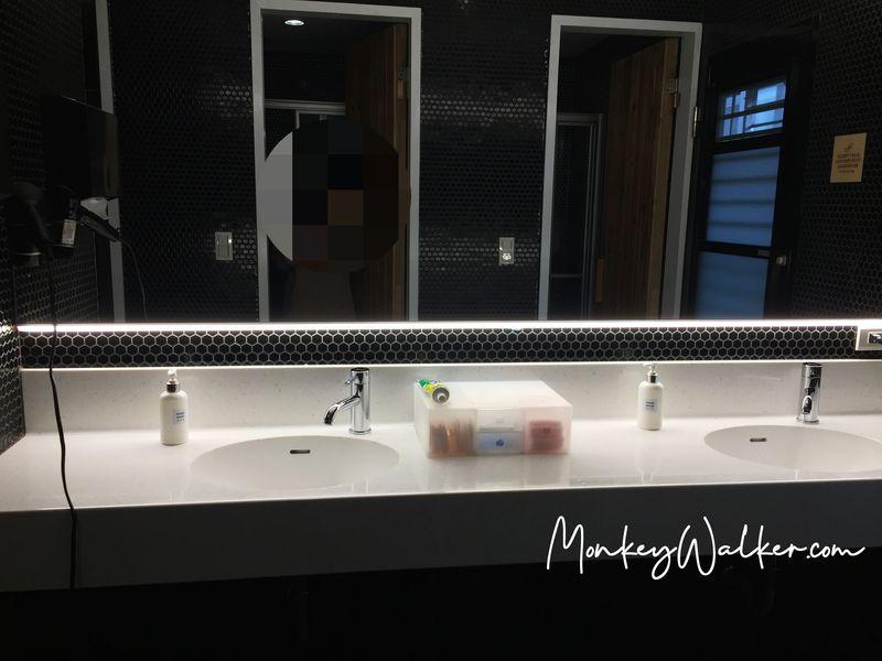 Star Hostel信星旅店台北車站的上下舖背包6人房,這樓層的衛浴設備整理得很乾淨。