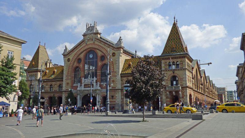布達佩斯逛街的地方-中央市場 (Central Market Hall)外觀,拼接馬賽克建築超顯眼,一定要進去逛一下。