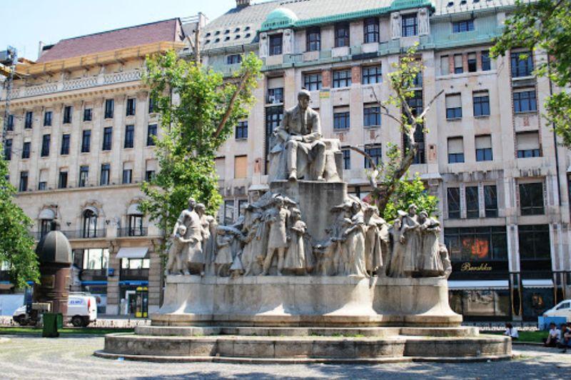 布達佩斯逛街的地方-弗洛斯馬提廣場(Vorosmarty Square)知名的雕像,大家都會在這裡休息。