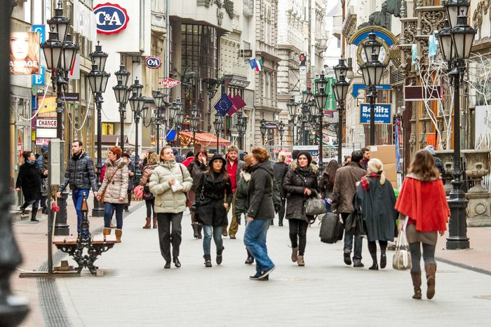 布達佩斯逛街的地方-瓦茨街(Váci Street),走累了可以找家露天咖啡館,喝完再上。