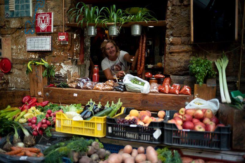 布達佩斯農夫市集,晚上是知名廢墟酒吧,白天是當地小農市集,很多產地直送新鮮蔬果。