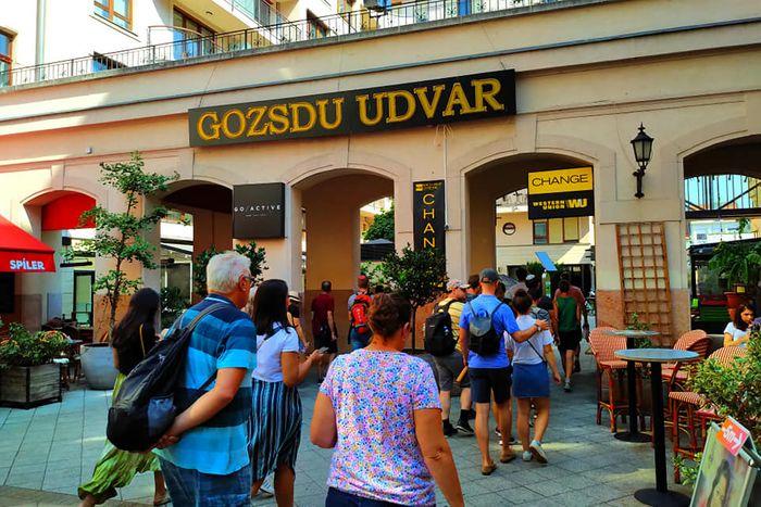 布達佩斯Gozsdu Weekend Market 週末市集是一條長廊。