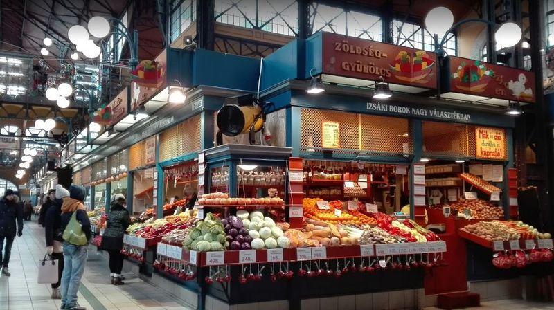 布達佩斯逛街的地方-中央市場 (Central Market Hall)一樓的攤販。