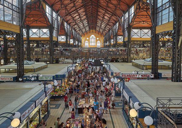 布達佩斯逛街的地方-中央市場 (Central Market Hall),生鮮、肉類、當地小吃、紀念品這裡通通都有,一次可以買好。