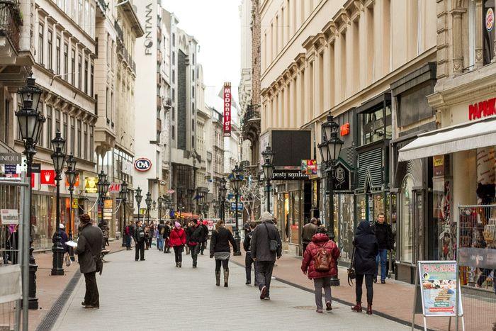 布達佩斯逛街的地方-瓦茨街(Váci Street),兩邊許多餐廳、咖啡館林立。