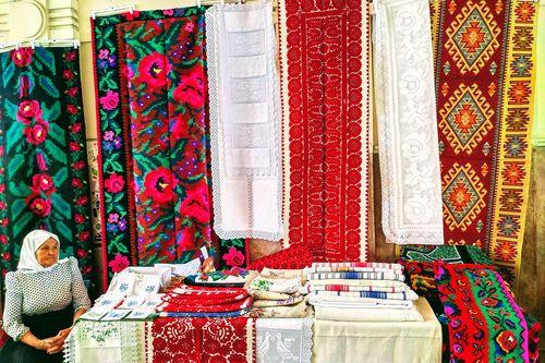 布達佩斯Gozsdu Weekend Market 週末市集,當地販售布料的攤販。