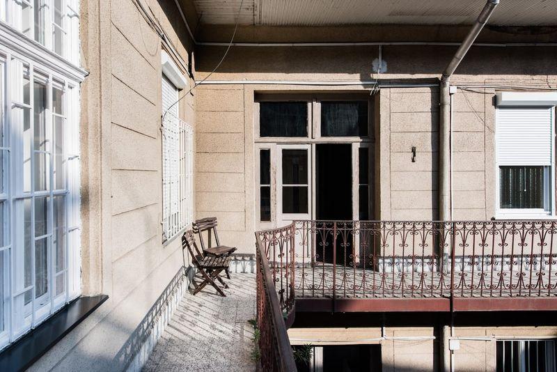 布達佩斯台灣人民宿Airbnb,外頭看似還好,進去是個小天地。