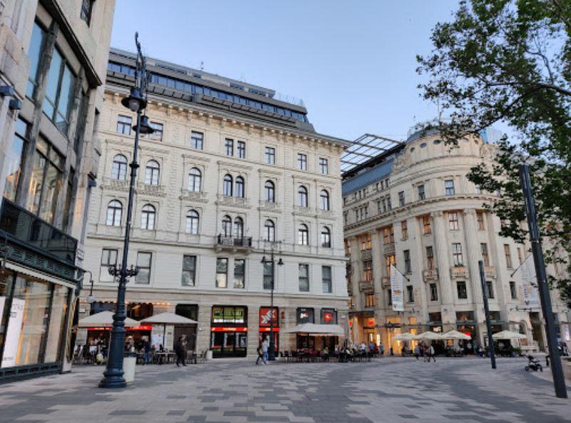 布達佩斯逛街的地方-弗洛斯馬提廣場(Vorosmarty Square)
