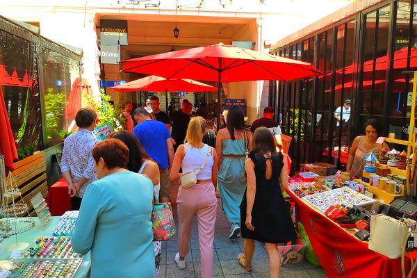 布達佩斯Gozsdu Weekend Market 週末市集,兩旁還有餐酒館。