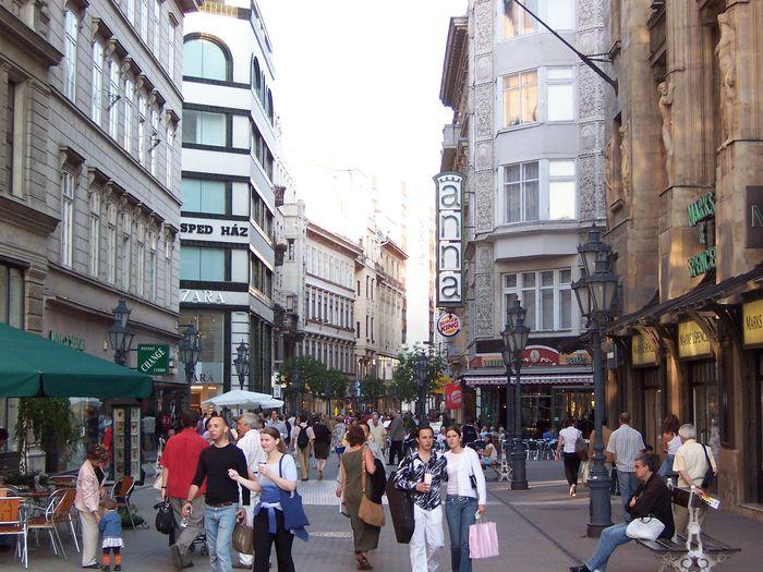 布達佩斯逛街的地方-瓦茨街(Váci Street),知名的anna咖啡館。