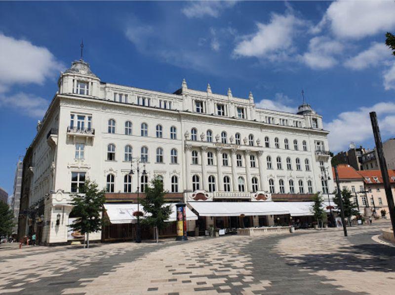 布達佩斯逛街的地方-弗洛斯馬提廣場(Vorosmarty Square)旁知名的咖啡館。