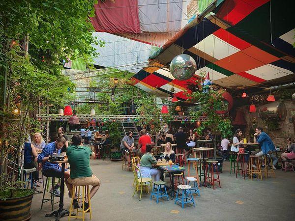 布達佩斯農夫市集,白天的廢墟酒吧是有特色的跳蚤市集。