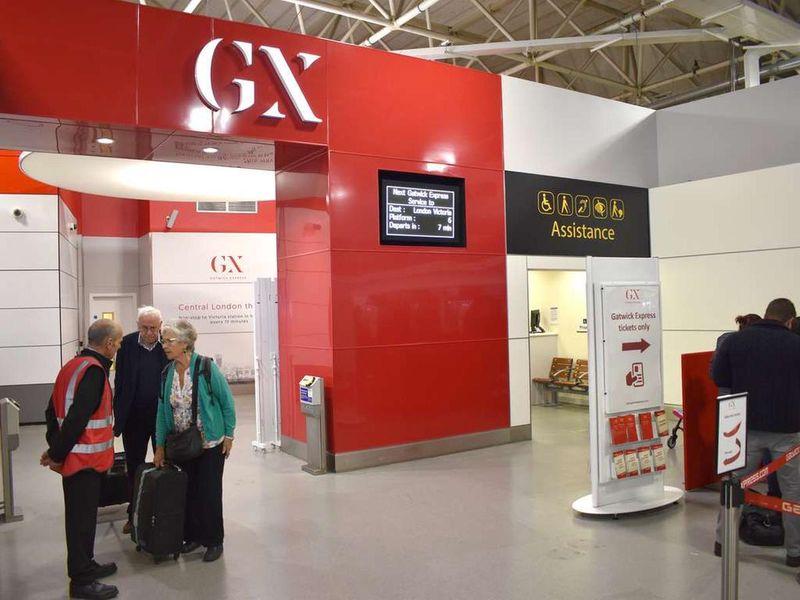 蓋威克機場(Gatwick Airport)轉乘蓋威克快線(Gatwick Express)進入倫敦市中心。
