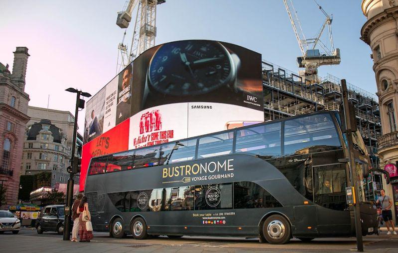 KLOOK可以預訂英國倫敦Bustronome豪華巴士,不管度蜜月、情侶或三五好友旅行,享用美食同時陶醉在倫敦美景中。
