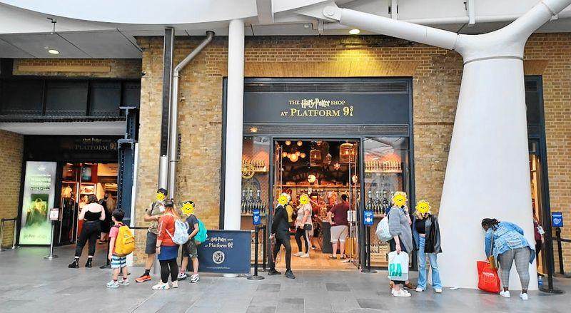 哈利波特迷一定要去逛的哈利波特商店(The Harry Potter Shop)。
