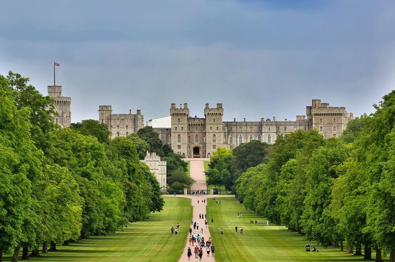 倫敦近郊景點-溫莎城堡 (Windsor Castle),很長的路要走一下才能抵達大門。