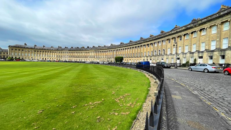 倫敦近郊城市-巴斯(Bath)的皇家新月(Royal Crescent),一整排很壯觀。