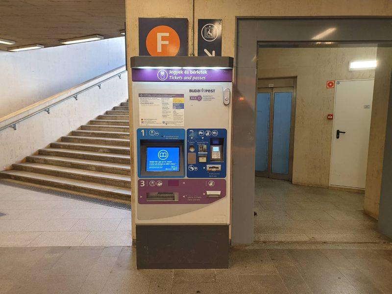 布達佩斯的自動售票機,是由一家BKK公司營運,路邊都能看到紫色的機器。