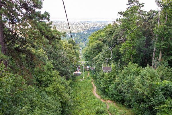 布達佩斯的祖格利特纜車(Zugliget Chairlift),讓你看見遼闊的森林景色。