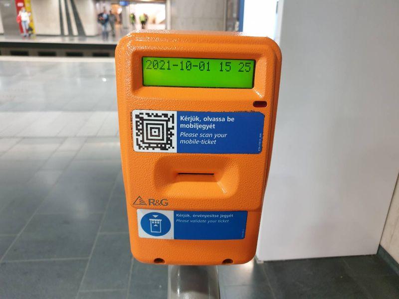 布達佩斯地鐵站的車票打卡機,也可以使用交通App直接掃描搭車。